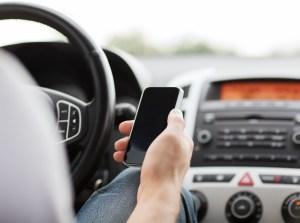 Aumentarían multas de $50 a $250 por usar el celular al conducir