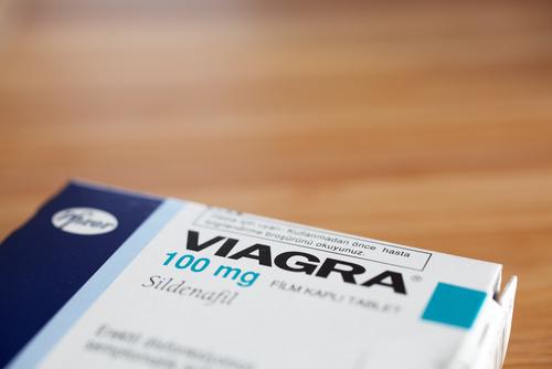 Legisladora de Kentucky propone ley que obligaría a los hombres a obtener permiso de sus esposas para comprar Viagra
