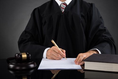 Juez preside caso de su divorcio: Recibe reprimenda severa por falta ética