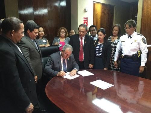 Superintendente firma orden general para intervención con personas extranjeras
