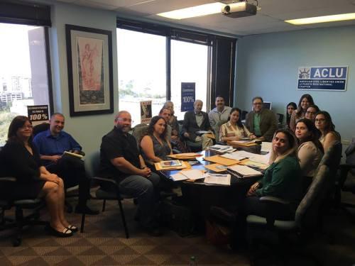 Integrantes del Comité de Acción de Inmigración se organizan en las oficinas de la ACLU.