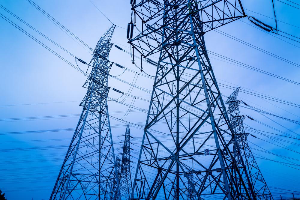 Gobernador establece metas agresivas para restablecimiento del servicio eléctrico