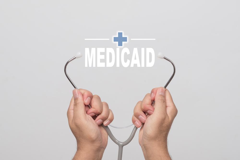 Gobernador firma ley para evitar fraude al Medicaid y asegurar fondos federales de salud