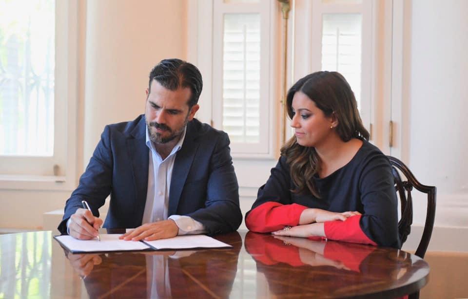 Gobernador firma orden ejecutiva que establece plan de acción integrado para prevención de violencia contra mujeres