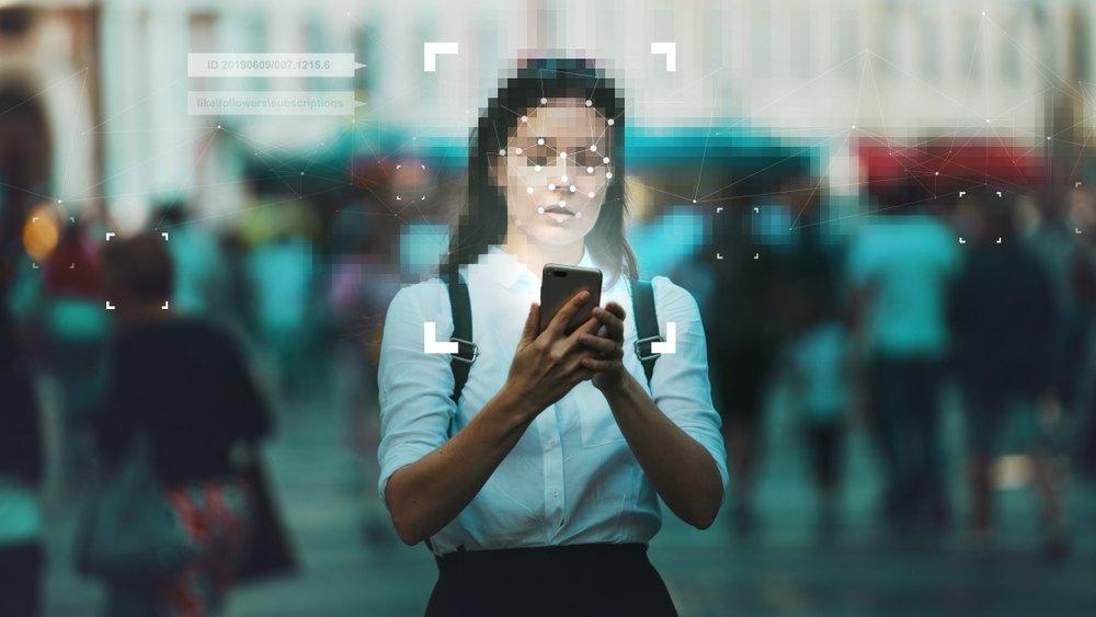 mujer facial recognition digital ubicua panóptica