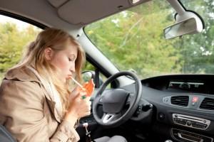 Fumando en el auto