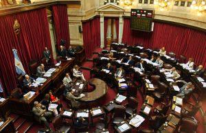 BAS16 - BUENOS AIRES (ARGENTINA), 26/03/09.- Aspecto de hoy, 26 de marzo de 2009, de la sesión del Senado en Buenos Aires (Argentina), que convalidó el adelantamiento de las elecciones legislativas al 28 de junio próximo, cuatro meses antes de lo previsto, como pretendía el Gobierno. Tras nueve horas de debate, el proyecto oficialista logró 42 votos a favor, cinco más de los que necesitaba para convertirse en ley, y 26 en contra. EFE/Cézaro De Luca ARGENTINA-ELECCIONES