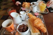 2. Croissant, café au lait, dejunul în general