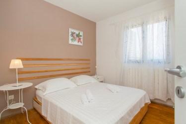 Room on the first floor i Alegria Lumbarda apartment