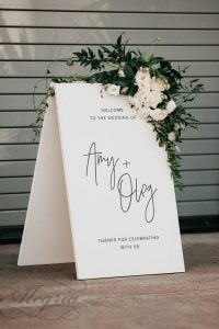 wedding-trends-2019-minimalistic-black-white-bridal-welcome-signs-with-white-flowers-and-greenery-anna-duncan-photography