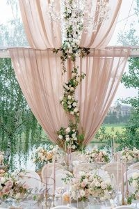 wedding-trends-2019-outdoor-reception-under-dusty-pink-tent-decorated-with-roses-and-greenery-roman_ivanov_weddings