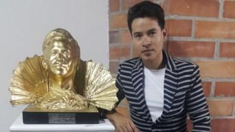 """Alejandro Londoño junto a su escultura """"Cristatus"""""""