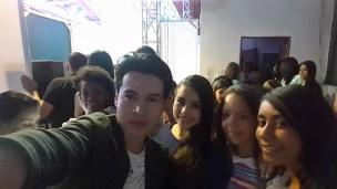 Alejandro Londoño en camerino con las niñas de Formato Kids
