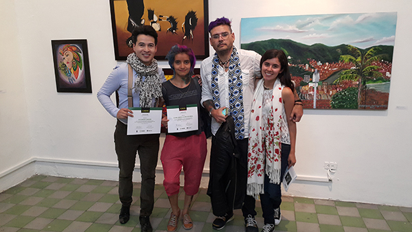 Alejandro Londoño, los artistas Eli Castro, Norman Botero y Stefany Marin en la exposición de dibujo Ascun en el Palacio de Bellas Artes
