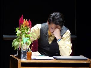 """Alejandro Londoño en escena, en la obra """"Hasta aquí llegó"""" del dramaturgo Flavio González Mello en el teatro Ateneo Porfirio Barba Jacob"""