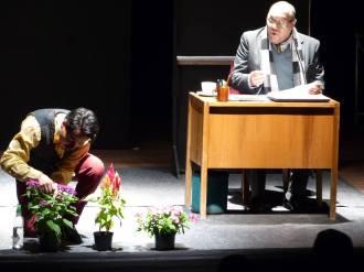 """Alejandro Londoño y Edwin Posada en la obra """"Hasta aquí llegó"""" del dramaturgo Flavio González Mello en el teatro Ateneo Porfirio Barba Jacob"""