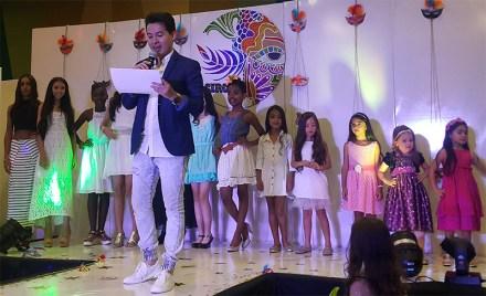 Alejandro Londoño con las modelos infantiles y juveniles de Formato Kids