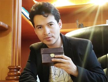 Alejandro Londoño sosteniendo la cámara estenopeica