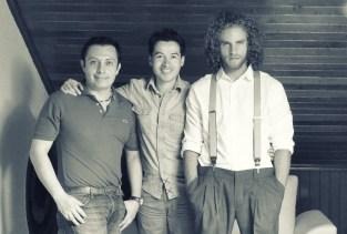 El diseñador Mauricio Ramirez. el artista Alejandro Londoño y el modelo Julian Salazar