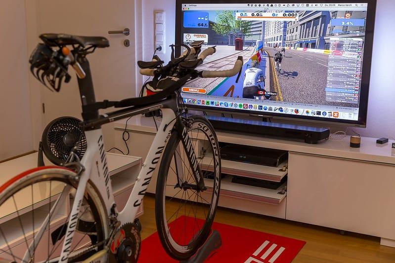 Postavitev opreme za virtualno kolesarjenje zwift cestno kolo trenažer TV zaslon