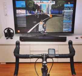 Velik zaslon in kolo pripravljeno za virtualno kolesarjenje zwift