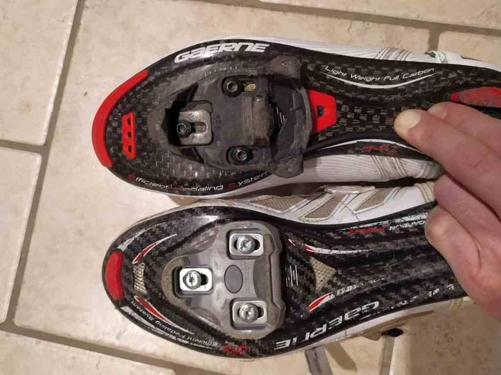 Kolesarski čevlji z različnimi sistemi blokejev pedala KEO LOOK in TIME.