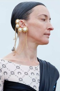 large_fustany-accessories-how-to-wear-ear-cuffs-and-hacks-1~1
