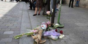 Quatre personnes soupçonnées d'avoir participé à l'agression du jeune homme, mort de ses  blessures en milieu d'après-midi, ont été arrêtées  (Le Monde.fr)