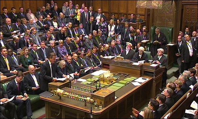 David Cameron, à gauche debout, lors du débat au Parlement britannique sur la Syrie le 29 août 2013