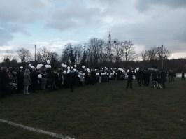 Le lancer de ballons sur le terrain de football