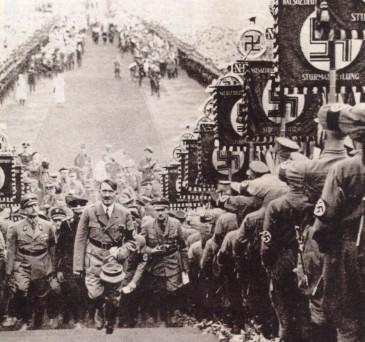 Hitler en Buckeberg (1934), en medio de la parafernalia nazi