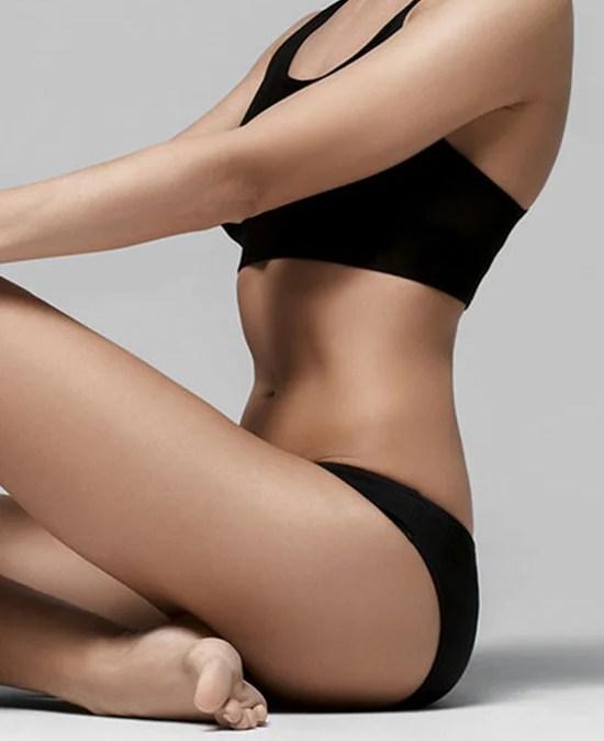 Kvinde i sort undertøj efter plastikkirurgi