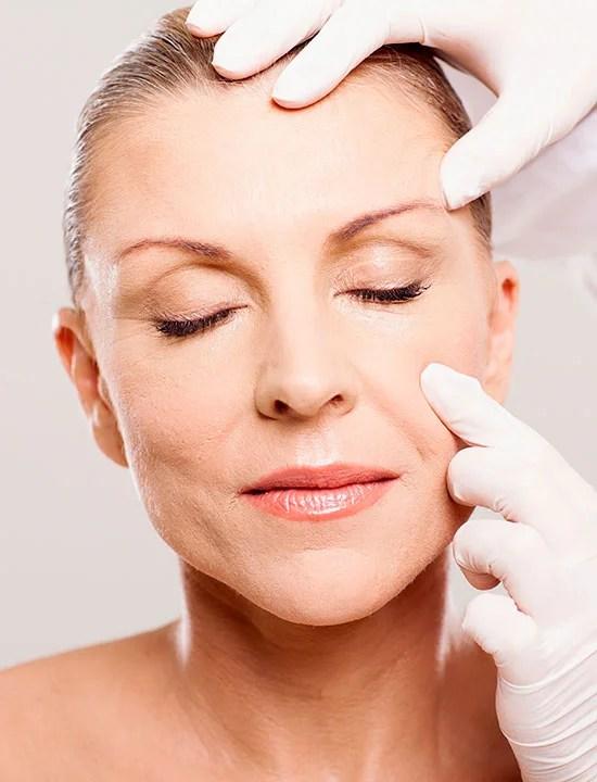 Ældre kvinde klar til øjenlågsoperation