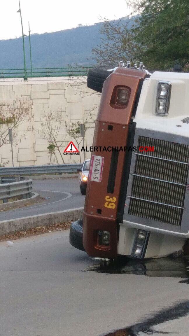 Vuelca trailer sobre distribuidor vial img 0089