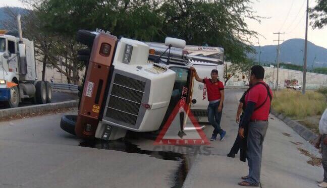 Vuelca trailer sobre distribuidor vial img 0091