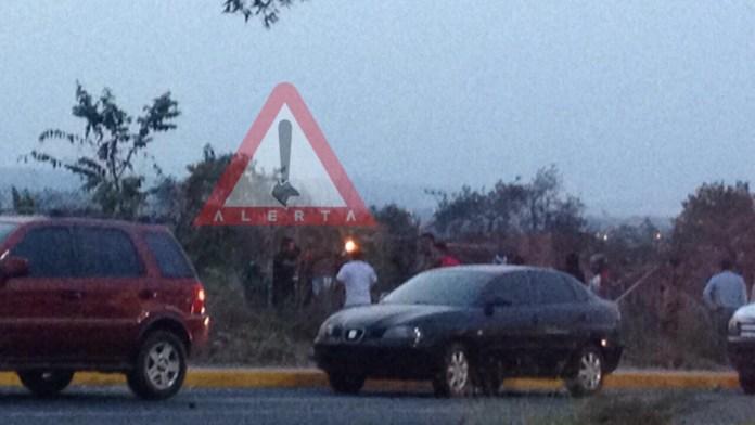 Vehículo se vuelva sobre carretera Emiliano Zapata img 1284