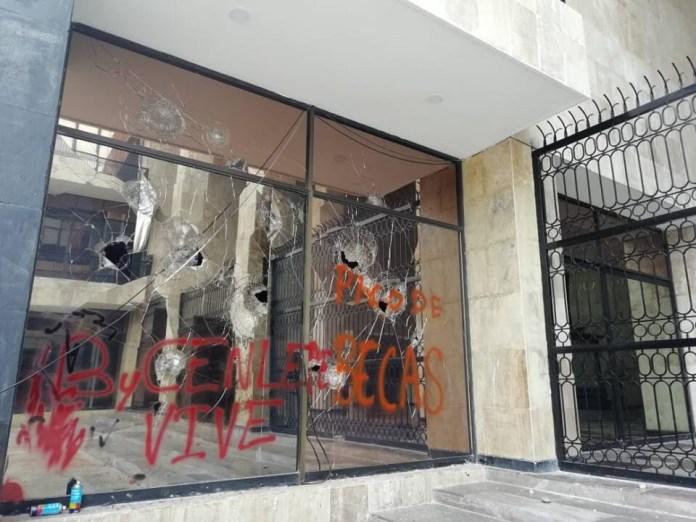 Estudiantes y maestros interinos vandalizan el Congreso Local 1144287c baf5 45a8 9ad5 184061de54fa
