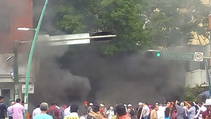 Docentes idóneos bloquean avenida central y queman llantas WhatsApp Image 2018 10 09 at 3.19.43 PM
