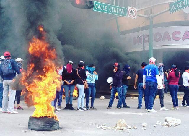 Docentes idóneos bloquean avenida central y queman llantas WhatsApp Image 2018 10 09 at 3.19.44 PM 1