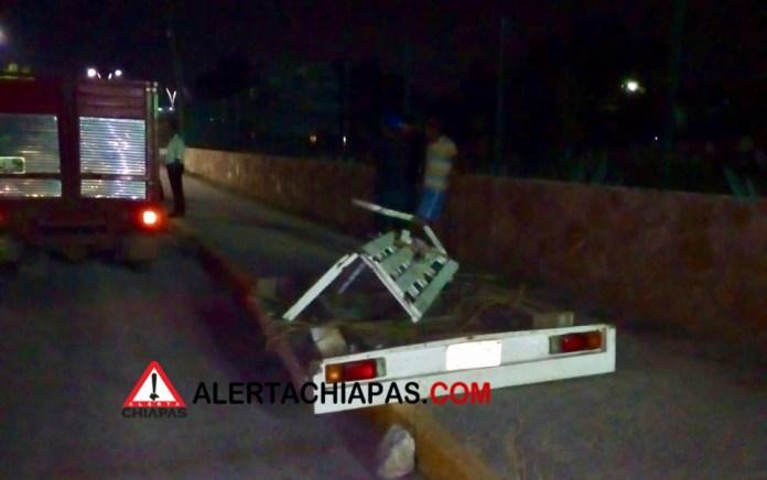 Decenas de pollos muertos por volcadura en la carretera a Emiliano Zapata img 7912