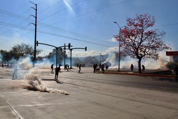 Desalojan policías con gases a padres de 43 de Ayotzinapa en Chiapas IMG 4835