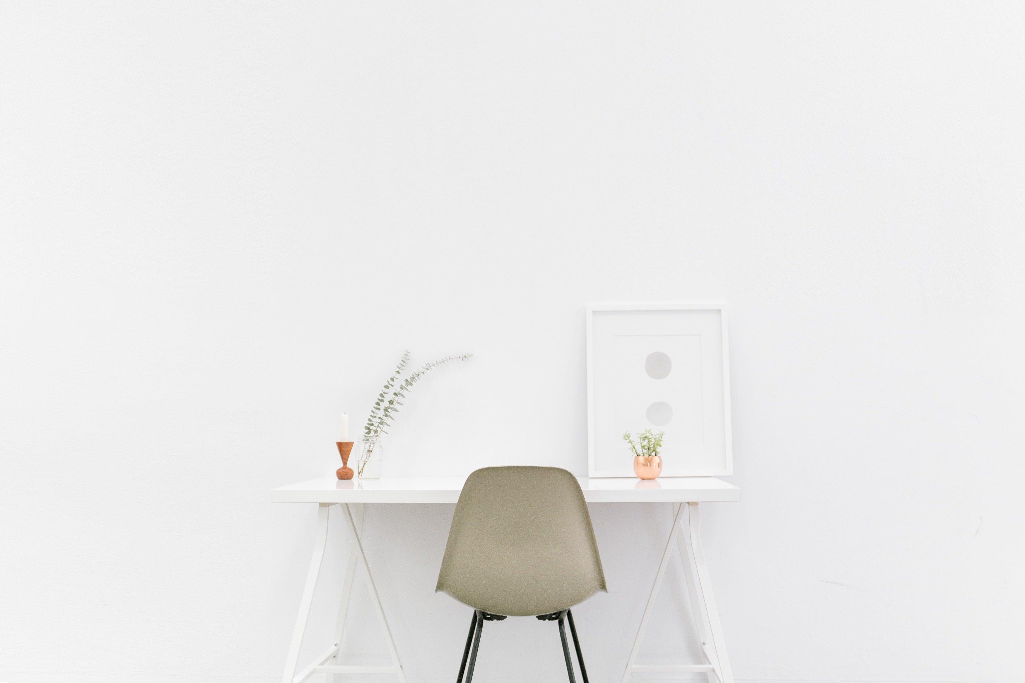 sedia con scrivania bianca che crea ispirazione