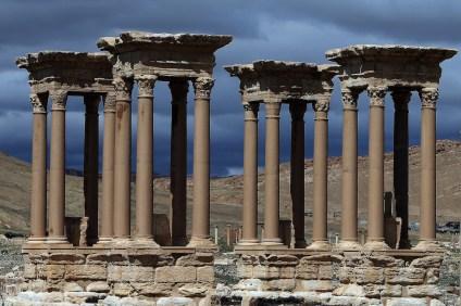 Il Tetrapylon del sito archeologico di Palmira, in Siria: fu ricostruito dopo il 1963 su indicazioni dell'agenzia del governo siriano che si occupa dei siti archeologici e dei musei nel paese. (JOSEPH EID/AFP/Getty Images)