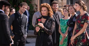11_dolce-and-gabbana-sophia-loren-dolce-rosa-excelsa-ad-campaign-backstage-horizontal-4-1