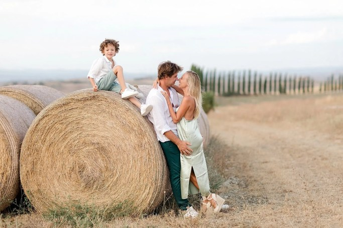 The cypresses in the background clearly identify where we are ... Tuscany is a romantic land and is perfect for family and engagement photography. Picture by Alessandro Taddeini.
