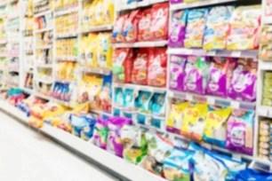 Pacchi di crocchette per cani al supermercato