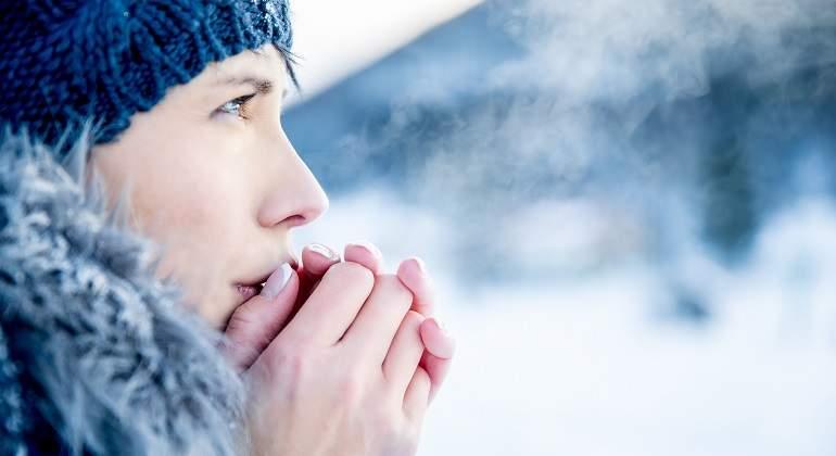 Frio-invierno-mujer-calentar-manos-iStock