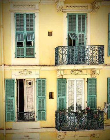 Casas según se va hacia el museo Marc Chagall