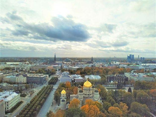 Vista de Riga e Iglesia Ortodoxa
