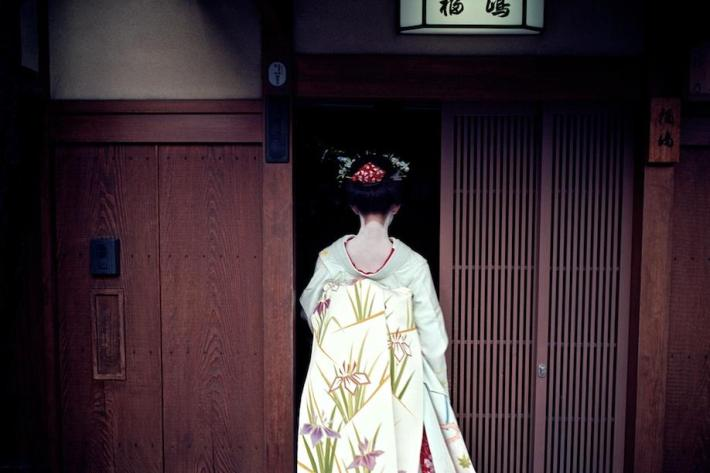 Geisha in Gion by Dave Powell